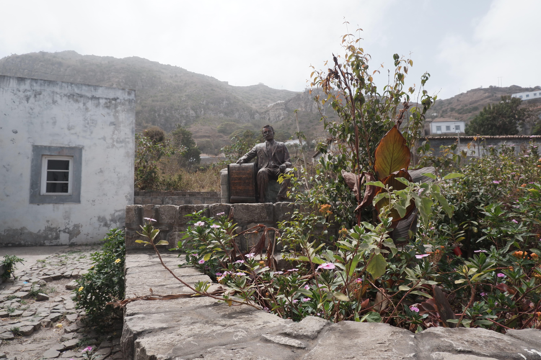Statue de Eugénio Tavares devant sa maison